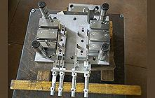 Automatic blanking mold for aluminum profiles